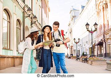 meninas, e, sujeito, prendendo câmera, olhe, mapa cidade