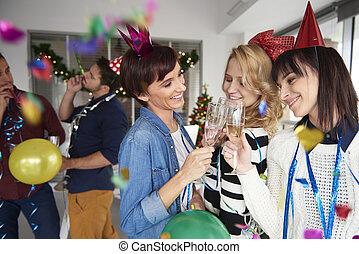 meninas, fazer, brinde, com, um, vidro champanhe