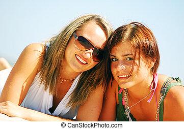 meninas jovens, ligado, a, verão, praia