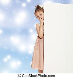 menininha, atrás de, banner., olhadas, saída