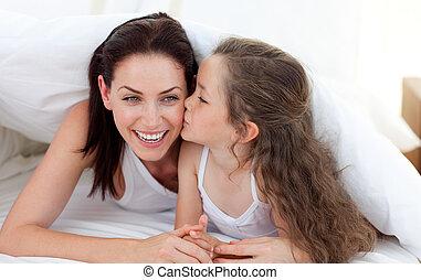menininha, beijando, dela, mãe, cama