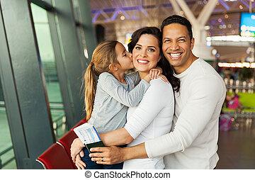 menininha, beijando, dela, mãe, em, aeroporto
