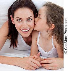 menininha, beijando, dela, mãe, encontrar-se cama