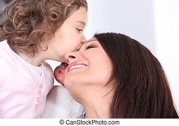 menininha, beijando, dela, mãe