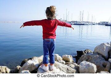 menininha, braços abertos, olhar, marina, azul, mar