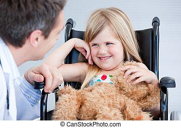 menininha, cadeira rodas, rir, sentando