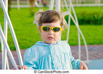 menininha, com, óculos de sol