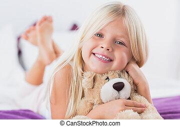 menininha, com, dela, urso teddy, mentindo, ligado, um, cama