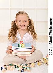 menininha, com, livros, e, alfabeto, blocos madeira
