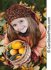 menininha, com, outono, abóboras, em, um, cesta