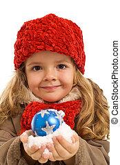 menininha, com, um, punhado, de, neve, e, bauble natal