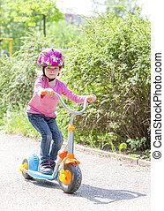 menininha, com, um, scooter