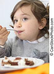 menininha, comendo bolo