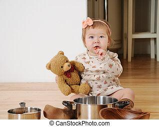 menininha, cozinhar, com, urso teddy, chão