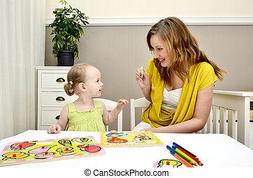 menininha, e, mãe, tocando, em, um, crianças, quebra-cabeça