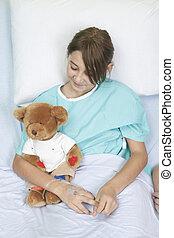menininha, em, cama hospital, com, urso teddy