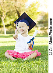 menininha, em, capim, desgastar, boné graduação, segurando, diploma, com, fita