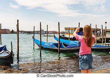 menininha, fotografar, gôndolas, em, veneza, com, dela, telefone móvel