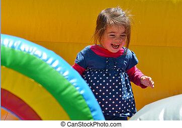 menininha, jogo, em, inflável, jumper, pátio recreio
