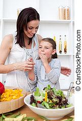 menininha, provando, salada, com, dela, mãe