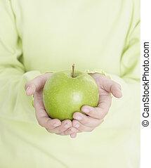 menininha, segurando, um, maçã verde, em, cozinha, alimento,...