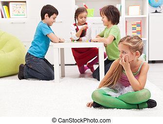 menininha, sentando, à parte, -, sentimento, excluído, por, a, outros