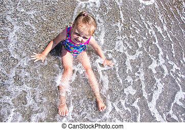 menininha, sentando, em, água, ligado, um, praia.