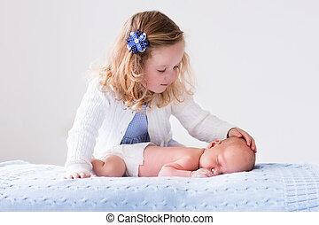 menininha, tocando, com, bebê recém-nascido, irmão