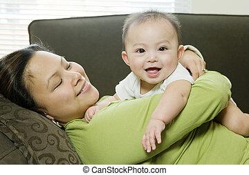 menino, (6-9, months), mãe, sofá, bebê, mentindo, abraçar