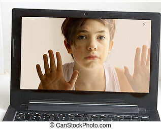 menino adolescente, ajuda, saco, computador, viciado