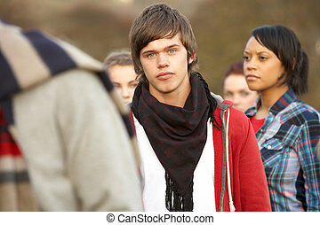 menino, adolescente, ao ar livre, cercado, outono, amigos, ...