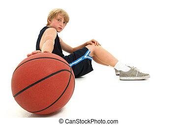 menino adolescente, basquetebol, sentando, uniforme, criança