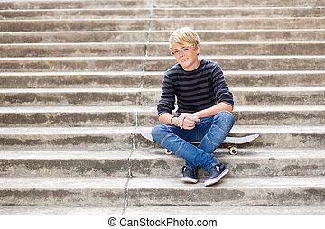 menino adolescente, bonito, skateboard, sentando