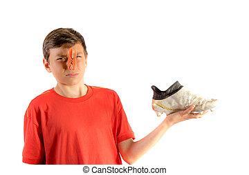 menino, adolescente, bota futebol, jovem, isolado, fedorento...