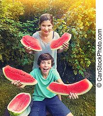 menino adolescente, comer, água, divertimento, ter, melão, menina