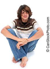 menino adolescente, sentando, branco, chão