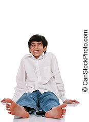 menino adolescente, sentando, chão