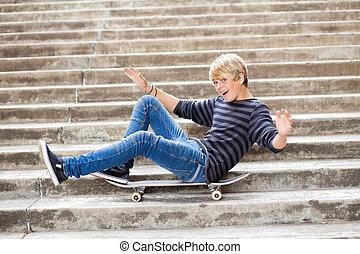 menino adolescente, skateboard, brincalhão, sentando