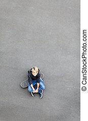menino adolescente, skateboard, sentando