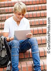 menino adolescente, tabuleta, computador, ao ar livre, usando
