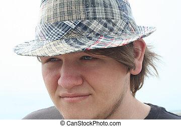 menino adolescente, xadrez, chapéu, sério