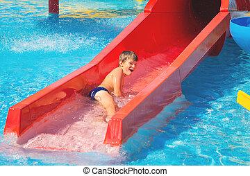 menino, alegre, parque aqua, corrediça água, caucasiano, feliz