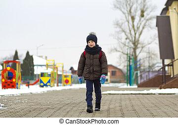 menino, andar, em, a, park., criança, ir, para, um, passeio, escola, com, um, educar saco, em, winter., crianças, atividade, ao ar livre, em, fresco, ar., saudável, maneira vida, concept.