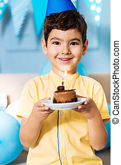 menino, aniversário, posar, bolo, partido, sorrindo, chapéu