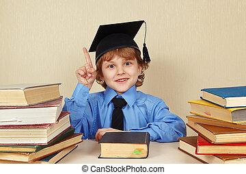 menino, antigas, jovem, acadêmico, livros, sorrindo, chapéu