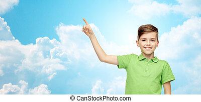 menino, apontar cima, t-shirt, verde, dedo, pólo, feliz