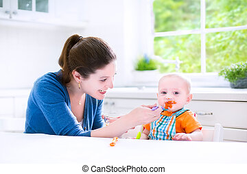 menino bebê, comer, seu, primeiro, comida sólida