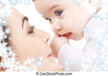 menino bebê, feliz, tocando, mãe