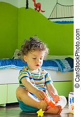 menino bebê, tocando, em, seu, sala