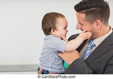 menino bebê, tocar, bochecha, homem negócios